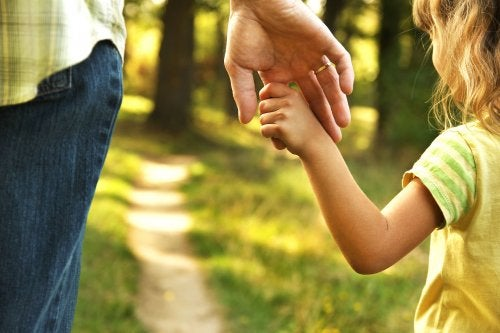 padre-dándole-la-mano-a-su-hija