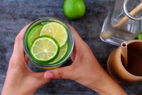¿Agua con limón para desintoxicar el hígado?