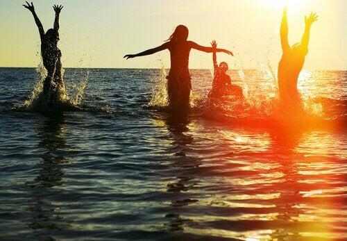 Amigos-disfrutando-en-el-mar