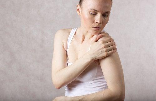 Mujer con dolor en la articulación