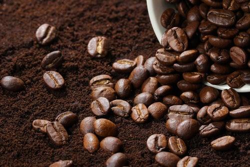 La cafeína es un remedio muy efectivo para paliar la hinchazón en los ojos.