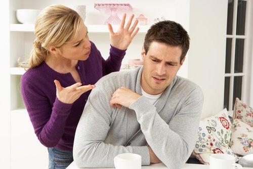 Mujer-hablando-a-su-marido-mientras-este-se-calla