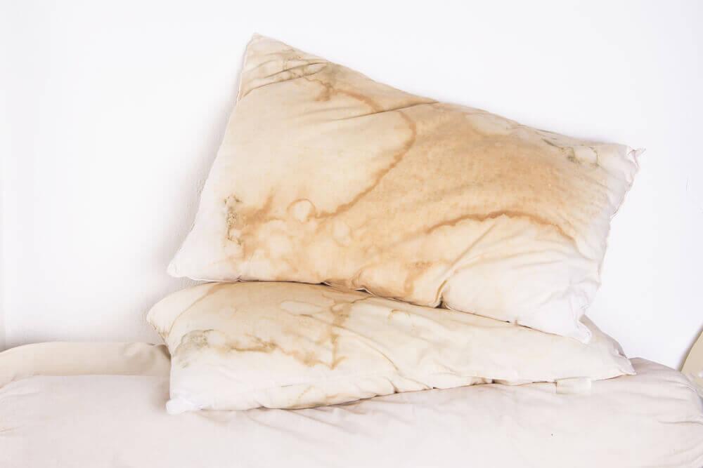 Almohada sucia por el uso.