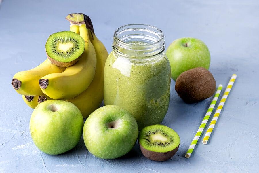 Batido de banana, kiwi y manzana, uno de los 5 zumos naturales para regular los niveles de azúcar en la sangre.