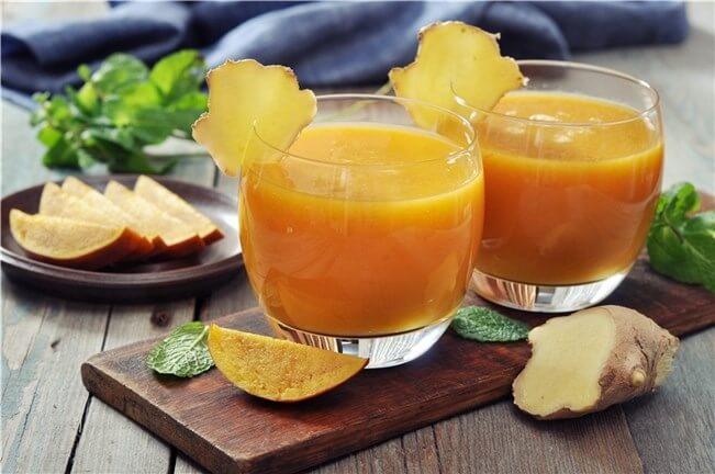 Bebida con papaya, manzana y jengibre para tratar las rodillas artríticas