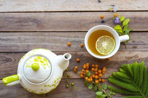 ¿Se puede dormir mejor bebiendo agua con limón?