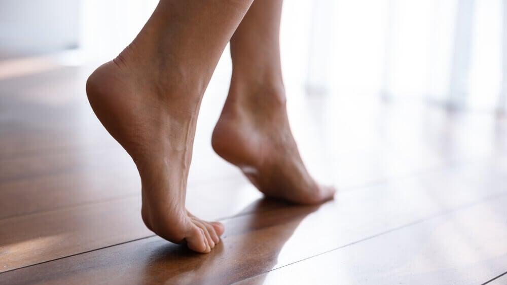 Dejar los pies descalzos.
