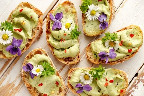 Cómo decorar los platos con flores, brotes y semillas