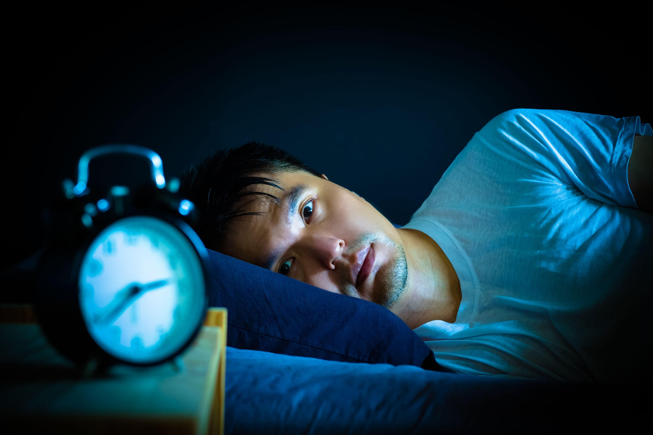 Los pensamientos constantes pueden empeorar los síntomas si te desvelas.