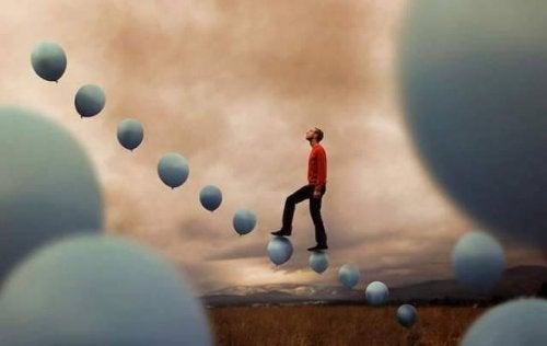 hombre-subiendo-unas-escaleras-en-forma-de-globo