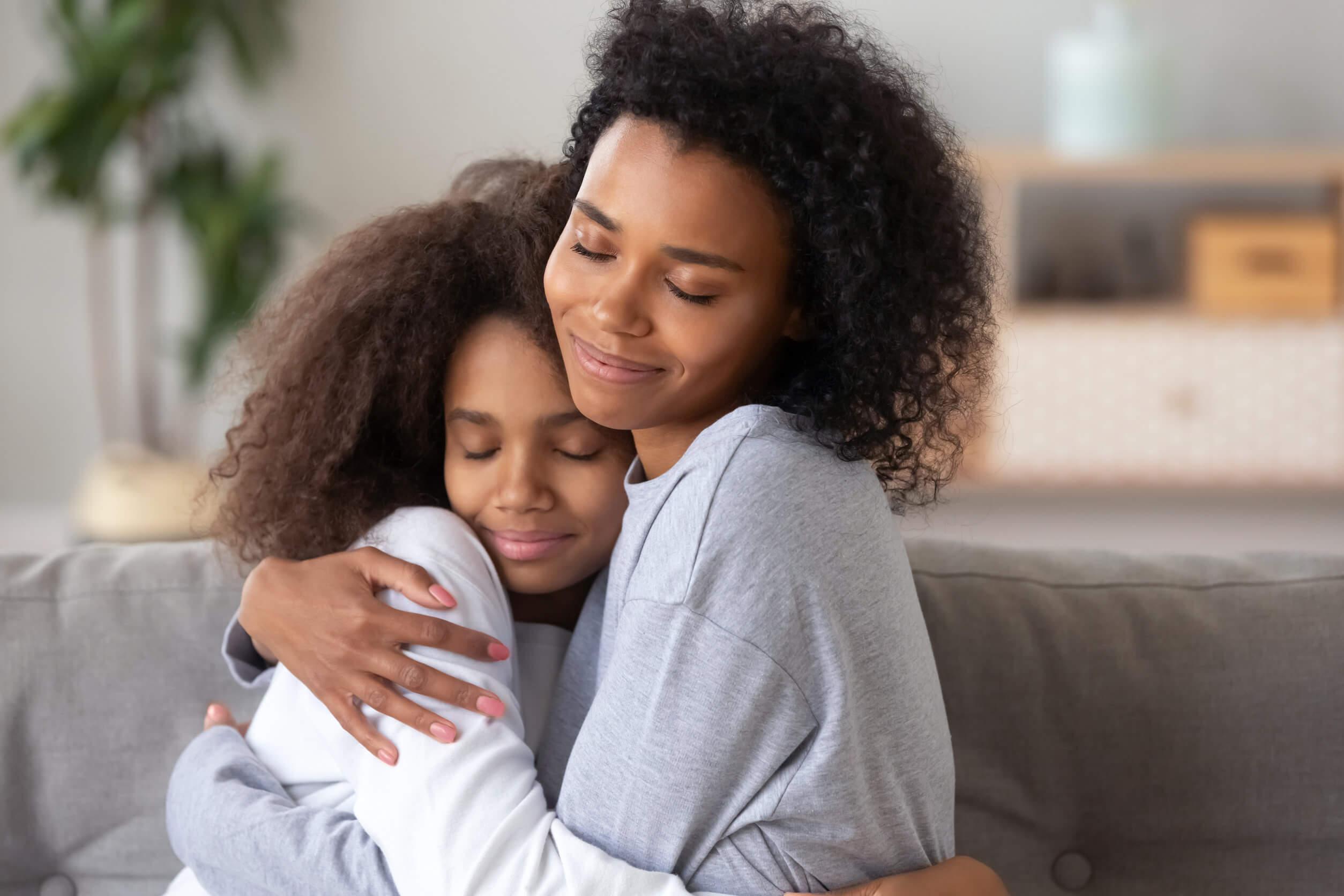 Carta que doy a mi madre y ella me abraza.