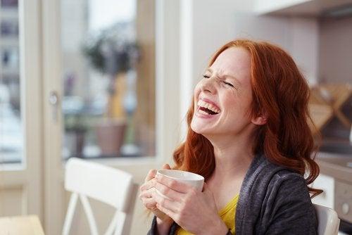 mujer con café riendo