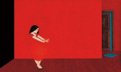 mujer color rojo huyendo de la culpa