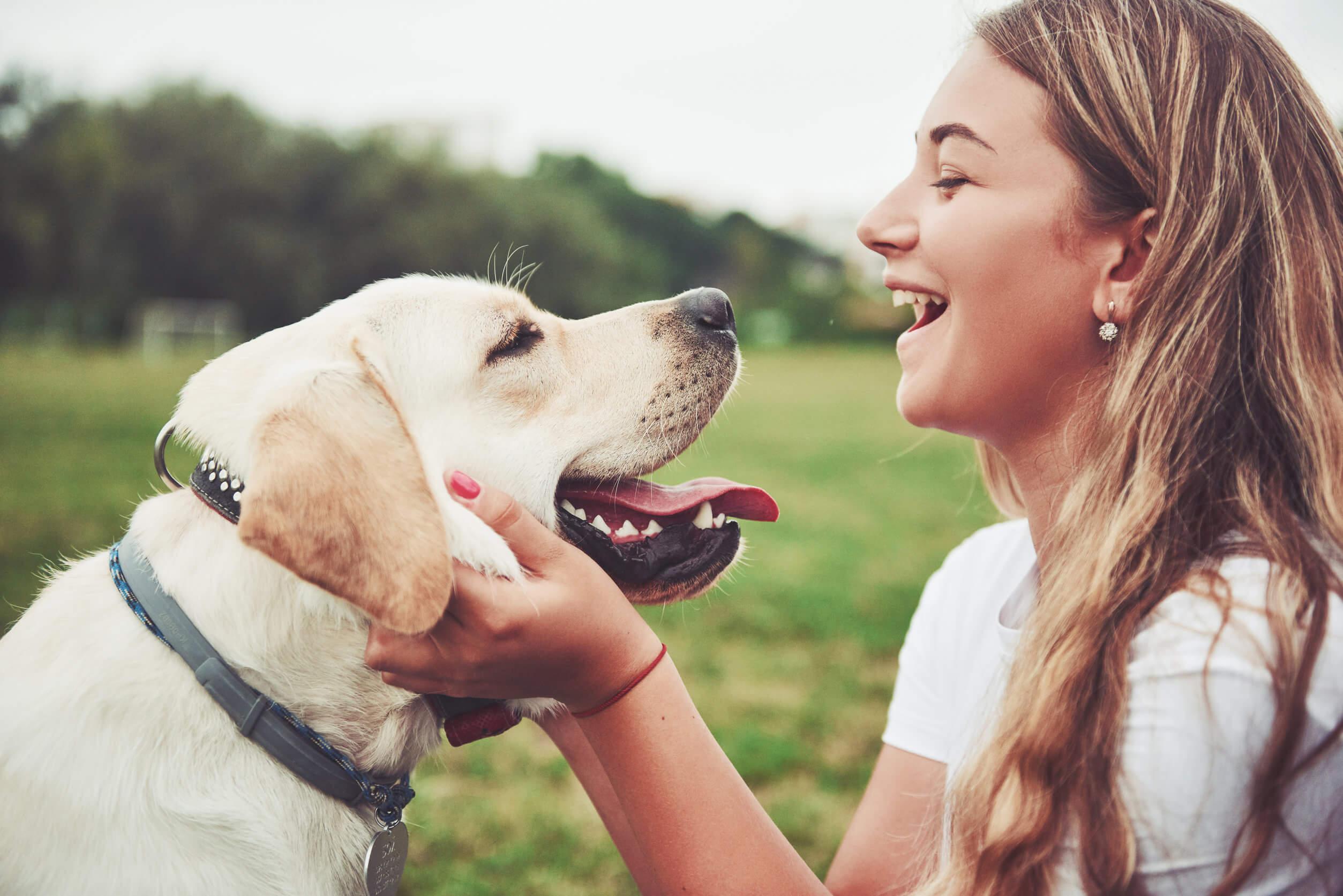 Menina com seu cachorro