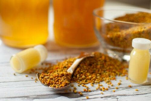 Remedio con propóleo, peladura de limón y miel contra los catarros