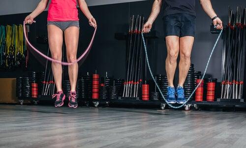 Dos personas saltando a la cuerda para hacer ejercicio.
