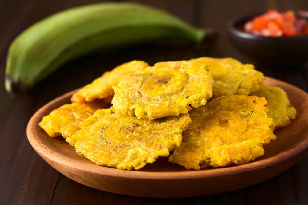 Con los plátanos verdes se pueden hacer tostones o patacones.