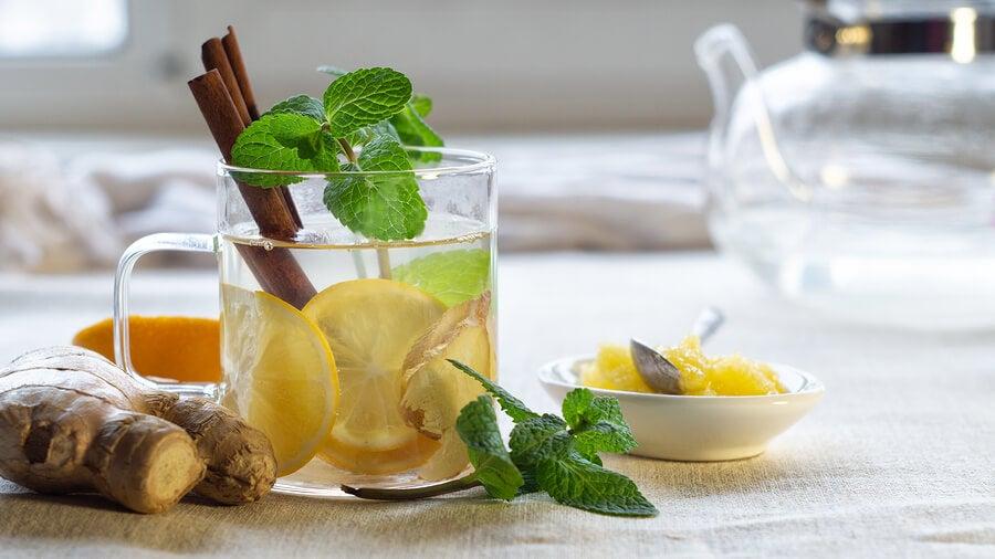 Vaso con bebida de canela y limón