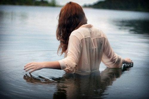 mujer-metida-en-el-agua salud mental