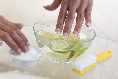 Colocar ajo o limón