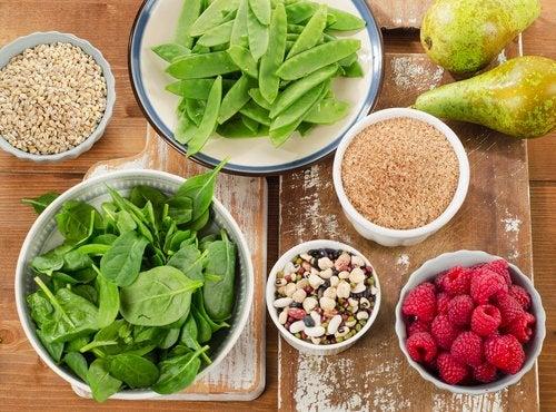 Consumir más alimentos con fibra.
