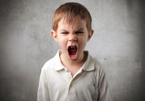 Niño-impulsivo-gritando