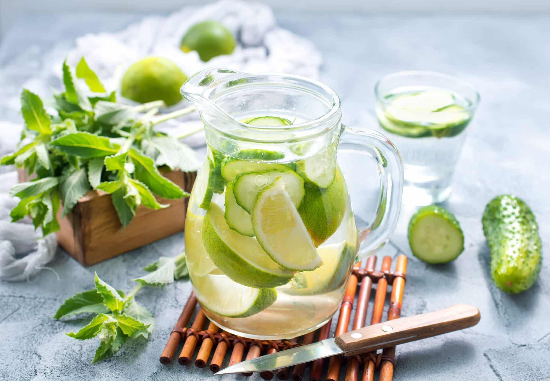 El agua con limón es buena como bebida depurativa.