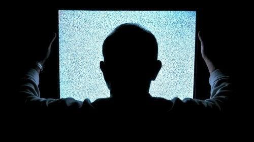 hombre-televisión
