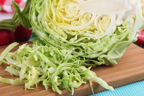 Coles verdes en la mesa.