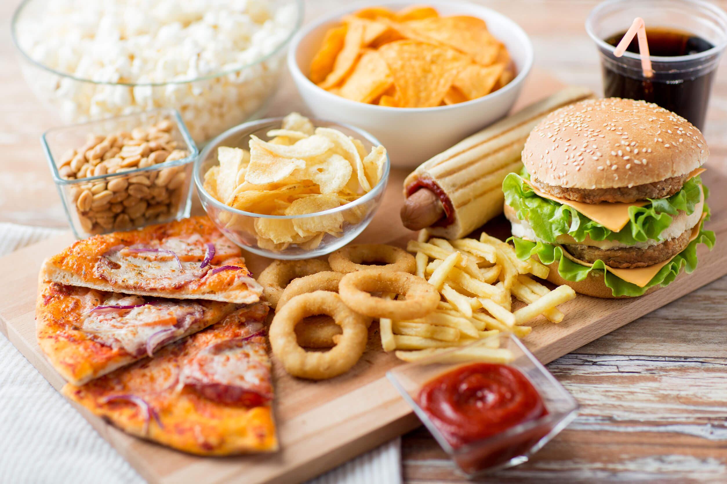 La costumbre de comer harinas por la noche suele relacionarse con alimentos poco saludables.
