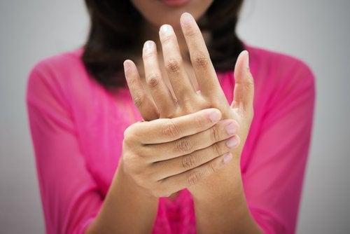 Mujer con dolor en la mano