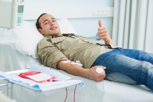 Hombre en la camilla donando sangre.