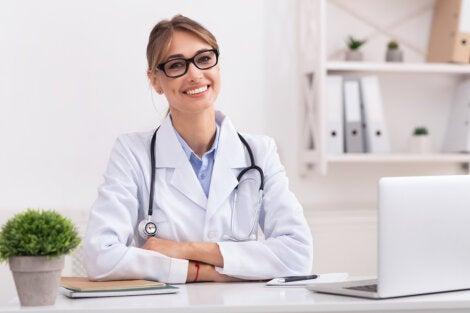 Médico sonriendo en consulta.