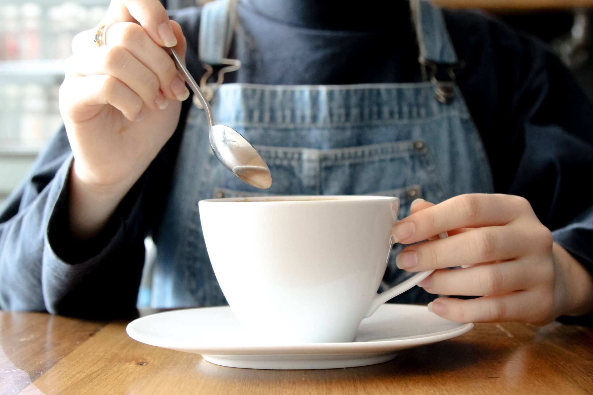 Mujer con taza de té blanco.