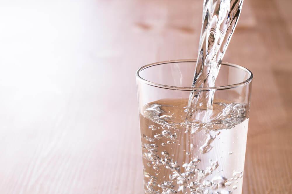 Una buena hidratación diaria también ayuda a reducir la cintura.