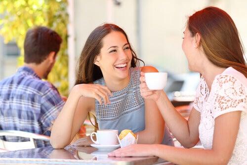 Amigas-hablando-tomando-café