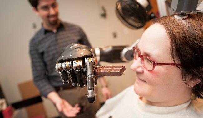 Se crea un brazo robótico controlado con la mente que detecta señales nerviosas
