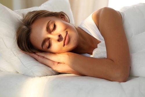 dormir sin almohada o con