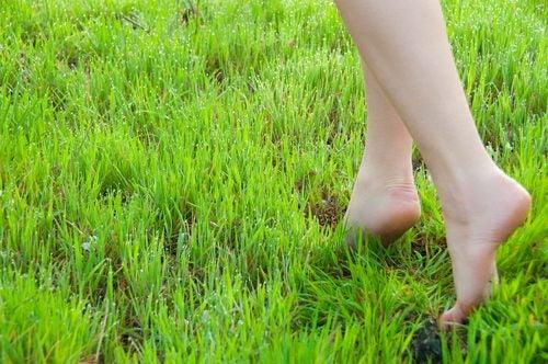 Cualidades de caminar descalzo para la mente
