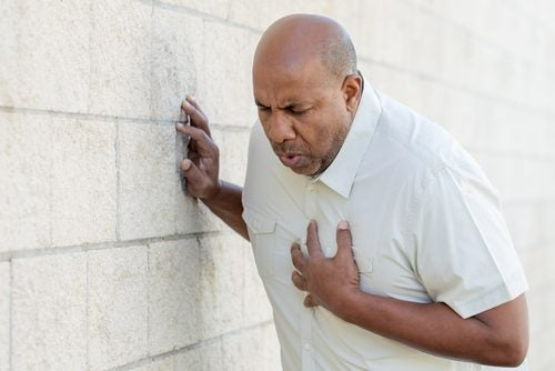 hombre que no sabe diferenciar un ataque de ansiedad de un ataque al corazón