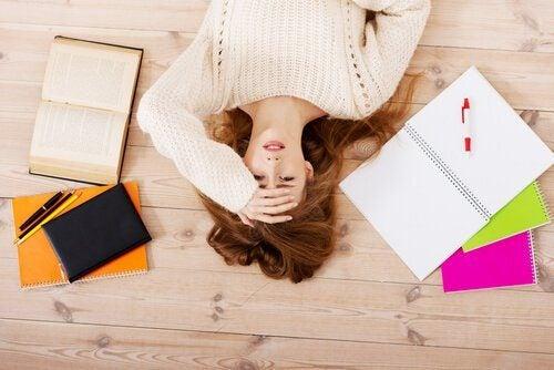 Mujer-estresada-tirada-en-el-suelo