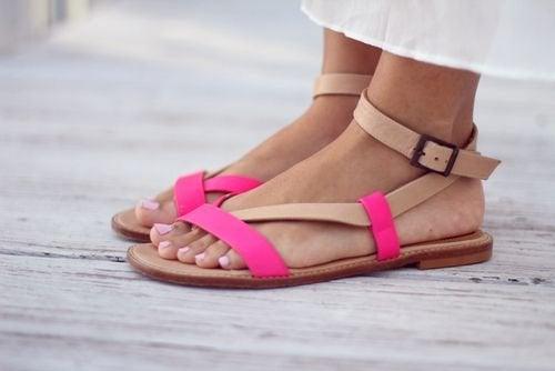 pies de mujer con sandalias