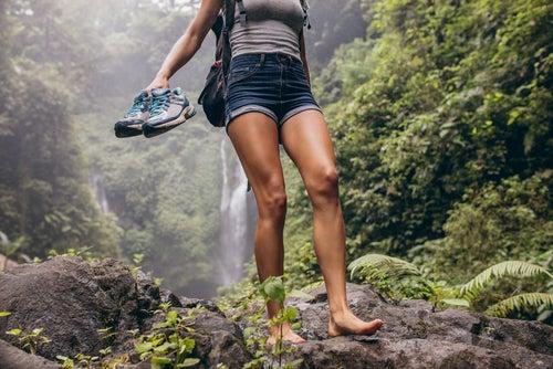 Ходенето на бос крак стимулира кръвообращението