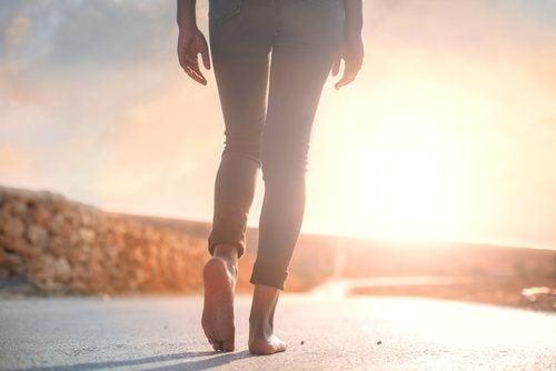 Virtudes de caminar descalzo