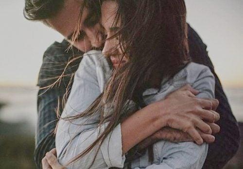 Los abrazos benefician tu salud emocional