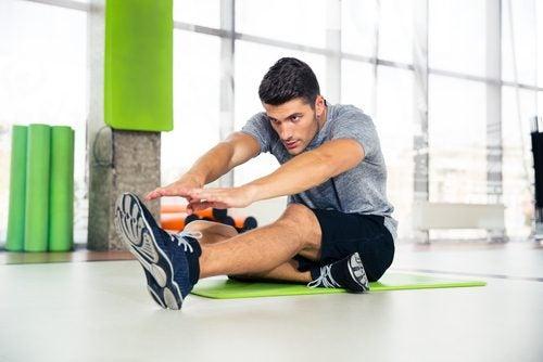Hombre haciendo ejercicios en el gimnasio