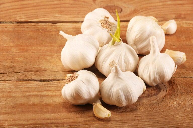 Cómo preparar remedios con ajo para reducir el colesterol y los triglicéridos