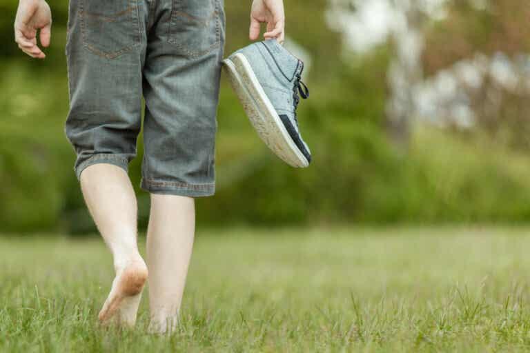 ¿Cuáles son los beneficios de caminar descalzo?