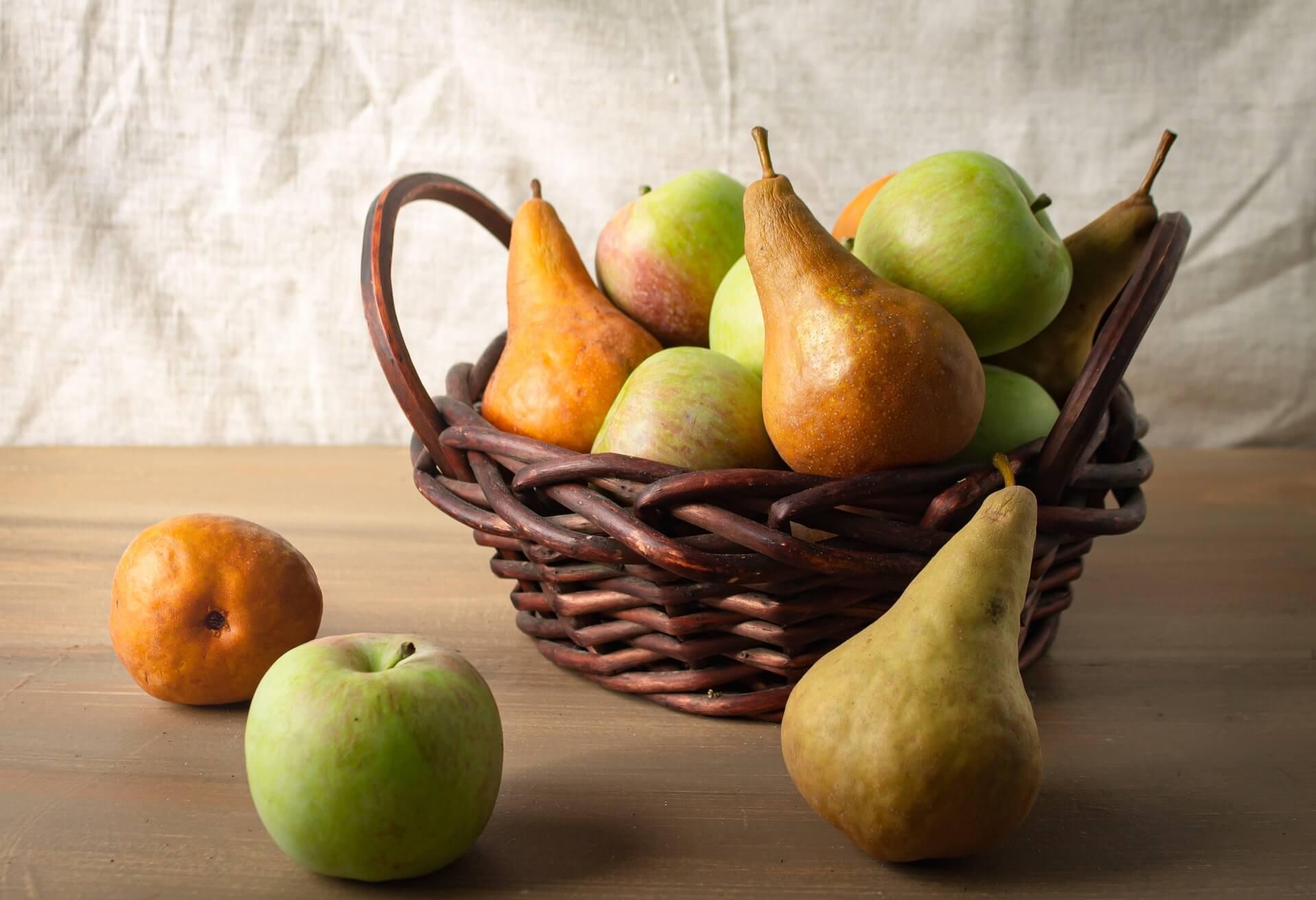 Cesta con peras, una de las frutas que ayudan a hidratar el cuerpo