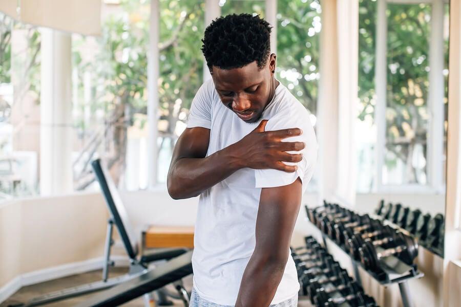 11 ejercicios para aliviar dolores en los hombros